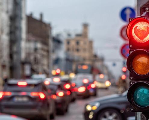 Kreuzung mit roter Ampel